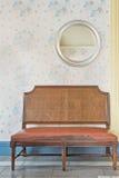 老皮革沙发在客厅 免版税库存照片