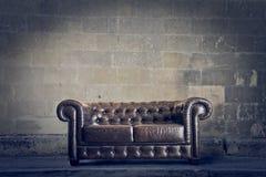 老皮革沙发 免版税图库摄影