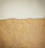 老皮革纹理背景样式和葡萄酒被撕毁的纸 库存图片