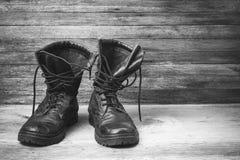 老皮革黑精神穿上鞋子在木背景正面图特写镜头的脚腕起动与您的文本的空间 免版税库存照片