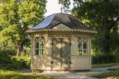 老眺望台在一个夏天公园在一热的天,染黄上色和与黑屋顶 免版税图库摄影