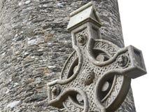 老石凯尔特十字架在一个传统爱尔兰坟园 免版税库存图片