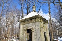 老石土窖在公墓 免版税库存图片