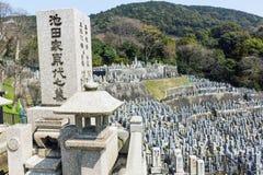老石坟墓和墓石在一座佛教公墓在日本 免版税图库摄影