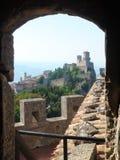 老石堡垒视图被成拱形的窗口通过对另一个城堡塔 免版税库存照片
