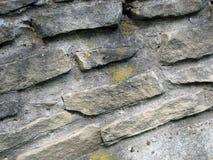 老石墙 石工的片段 免版税库存照片