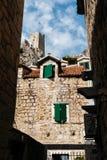 老石大厦和米拉贝尔堡垒Peovica在Omis,克罗地亚镇  库存照片