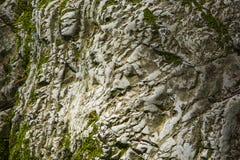 老石头,岩石 背景 是大厦以后的山山风景 免版税库存图片