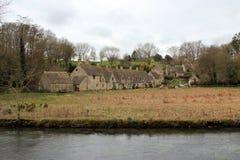 老石房子在英国乡下和河 库存照片