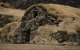 老石房子毁坏了古老北欧海盗长满与黄色干草 免版税库存照片