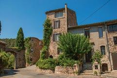 老石房子看法胡同的在列斯弧苏尔Argens的蓝天下 库存照片
