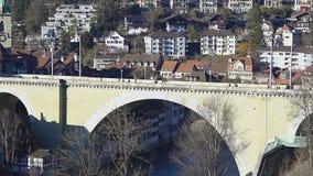 老石曲拱桥梁跨过Aare河的Untertorbrucke在伯尔尼,瑞士 股票录像