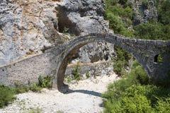 老石桥梁在希腊 免版税库存照片