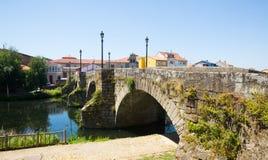 老石桥梁看法在蒙福尔特德莱莫斯的 免版税库存照片