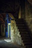 老石梯子和蓝色门 库存照片