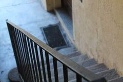 老石灰石台阶在非常老房子里 图库摄影