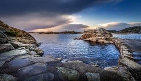 老石码头在Helleviga度假区,蓝色小时在南挪威 免版税库存图片