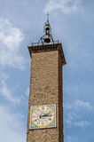 老石钟楼特写镜头有响铃的一个时钟在维泰博的市中心 库存照片