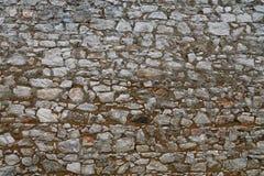 老石头分层了堆积堡垒或城堡墙壁  免版税库存照片