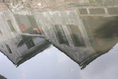 老石头安置在河的反射 免版税库存图片