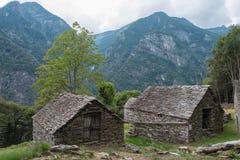 老石头棚子在提契诺州 库存照片