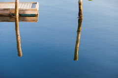 老码头和游泳平台在镇静水域中 库存图片