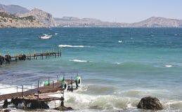 老码头在海在山背景的一个好天  免版税图库摄影