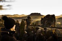 老砂岩桥梁在有惊人的v的德国国家公园 免版税库存照片