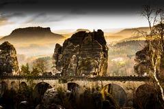 老砂岩桥梁在有惊人的v的德国国家公园 库存图片