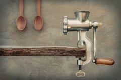 老研磨机和木匙子 免版税图库摄影
