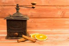 老研磨机用桂香和烘干橙色切片 库存照片