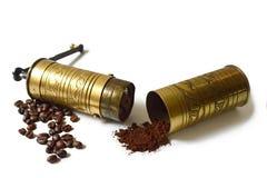老研磨机,咖啡豆和碾碎的咖啡 免版税库存图片