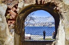 老砖和石墙,大厦废墟  免版税图库摄影