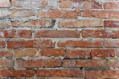 老砖墙从风化随着时间的推移腐蚀 免版税库存照片