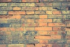 老砖墙以镇压和抓痕 背景砖图象rastre墙壁 有残破的砖纹理的困厄的墙壁 免版税图库摄影