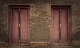 老砖墙和老木门,寺庙泰国 免版税库存图片