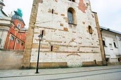 老砖墙和路灯柱在城市街道上  库存照片