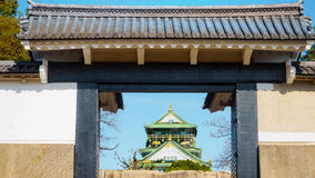 老砖墙和陶瓷屋顶从大阪防御与蓝天 库存照片