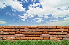 老砖墙在蓝天下 免版税图库摄影
