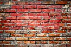 老砖墙背景图象 被弄脏的老黑褐色和红砖墙壁,脏的过时块被风化的纹理  免版税图库摄影