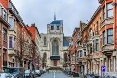 老砖房子和教会在鲁汶 免版税图库摄影