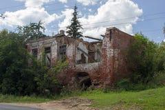 老砖房子的废墟 库存图片