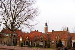 老砖房子街道有瓦屋顶的在荷兰 库存图片