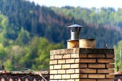 老砖烟囱 r 与煤炭的热化 家庭房子的生态热化 库存图片
