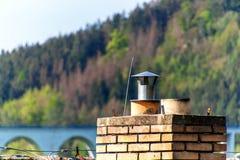 老砖烟囱 r 与煤炭的热化 家庭房子的生态热化 库存照片
