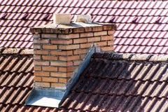 老砖烟囱 r 与煤炭的热化 家庭房子的生态热化 免版税库存照片