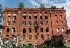 老砖翼果的被放弃的工厂 图库摄影