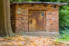 老砖谷仓在森林 库存图片