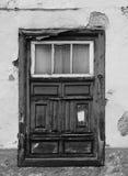老破旧的窗口在有被风化的木头的一个腐朽的房子里 库存照片