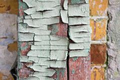 老破裂的木头的纹理,绘在一个老砖墙的背景的蓝色 免版税库存照片